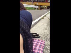 【スマホ撮影】踏切前にて電車に向かってセックスを見せつけるおバカカップルwww