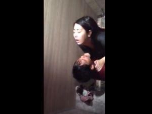 【スマホ撮影】クラブのトイレで汗だくになってハメる若いカップルを盗撮www