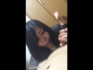 【スマホ撮影】手を握りながらイチャイチャフェラするJDギャル彼女w