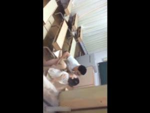 【スマホ撮影】学校の教室でセックスする同級生を盗撮した動画w