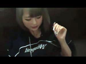 【スマホ撮影】色白金髪キャバ嬢18のパイパンマンコに生チンブチ込むハメ撮り動画