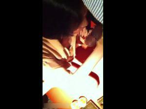 【スマホ撮影】閲覧注意!年増ババアが居酒屋でマンコに足入れられてヨガる動画!