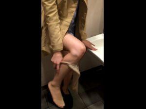 【スマホ撮影】アプリで会ったJDにトイレでペットボトルに放尿させる動画